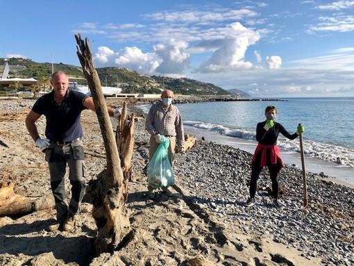 San Lorenzo al Mare, dopo l'alluvione ripulite le spiagge invase da plastica e legname (Foto)