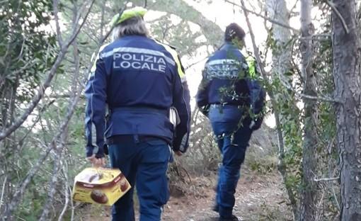 Diano Marina: solidarietà a Natale, la polizia municipale dona un panettone a un senzatetto (foto)