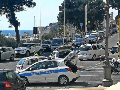 """Coronavirus: maxi posto di blocco della polizia municipale e lunghe code in entrambe le direzioni. Il sindaco """"Stare a casa è un obbligo"""" (foto)"""