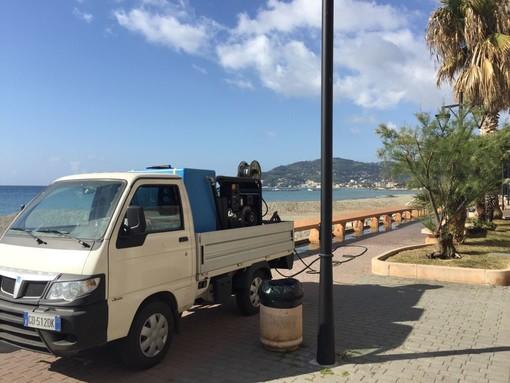 San Bartolomeo al Mare: in corso la pulizia del lungomare a cura della Egea Ambiente di Alba, nei ritagli di tempo consentiti dalle altre attività