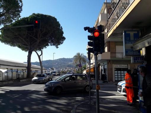 Diano Marina: installato questa mattina il semaforo 'intelligente con dispositivo sonoro per non vedenti (foto)