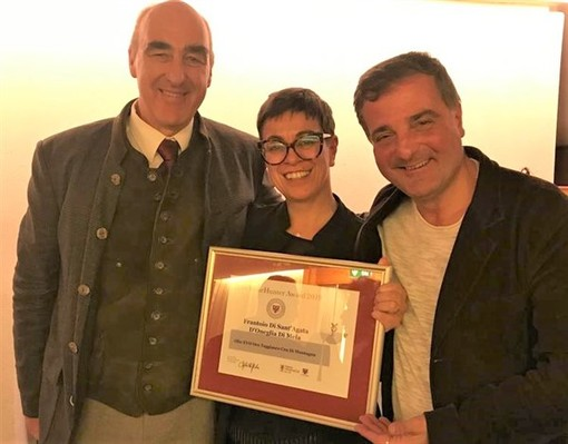 Serena Mela riceve il premio da Helmuth Köcher, patron di Merano WineFestival e Andrea Radic della Guida dell'Espresso.
