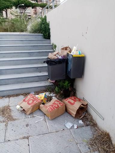 Imperia: sporcizia e degrado vicino al Mc Donald's sul Vespucci. La segnalazione di un nostro lettore (foto)