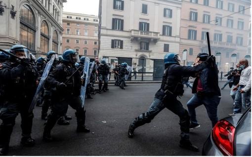 Gli scontri di Roma (foto TG24 Sky)