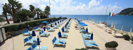 Diano Marina, dopo la mareggiata è tutto pronto per l'apertura dei bagni Delfino e Solarium
