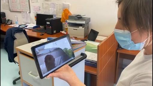 Coronavirus, al San Martino di Genova avviato il progetto dedicato all'uso dei tablet tra medici e pazienti (Video)