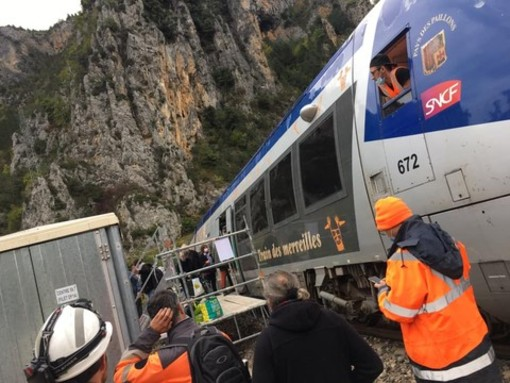 Tempesta Alex, le infermiere di Cuneo giungono in elicottero da Nizza. La Valle Roya soffre e i sindaci disertano la riunione dell'Unione dei Comuni (foto e video)