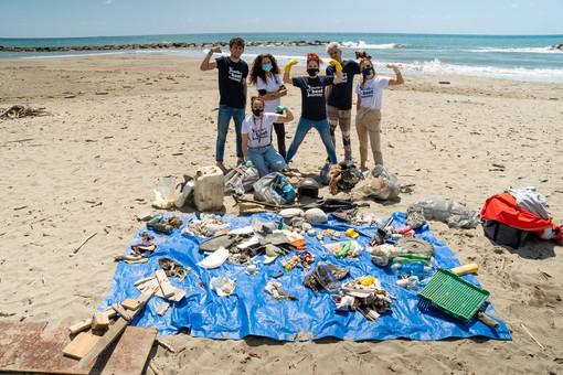 A Santo Stefano al Mare pulizia spiagge green e social, al lavoro anche il famoso Tik Toker Pietro Morello